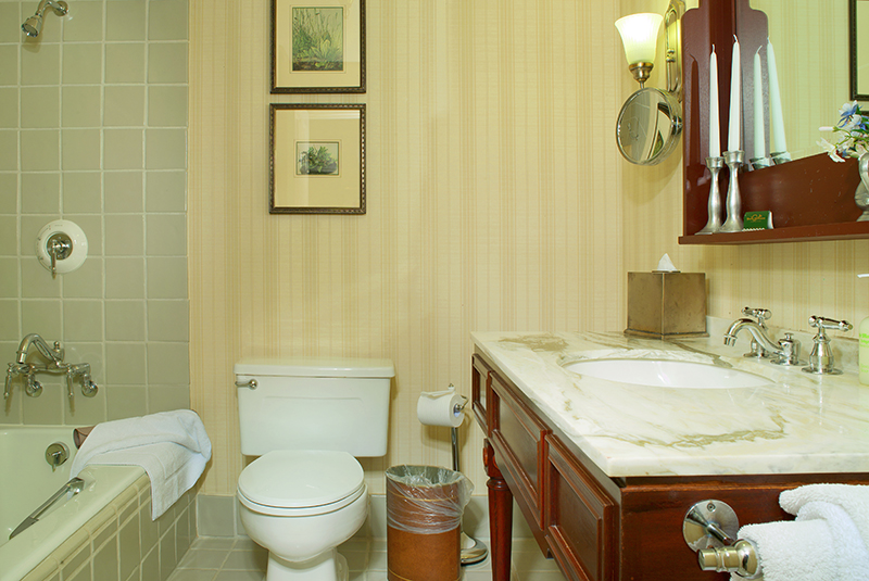 Poste Montane Junior Suite Bath